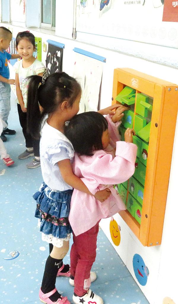 小班的幼儿在哥哥姐姐的帮助下很快适应幼儿园生活。  大、小班幼儿共同体验区域游戏。 小妹妹,你长高了。快来,快来,我们大家一起玩。哥哥,你看,这是我画的。在城区幼儿园,总会出现许多以大带小的身影。 城区幼儿园于去年9月开始,开展了大手牵小手,童心享童乐系列活动,促使幼儿主动、友好地与他人交往,体验分享、互助、合作的快乐。 弟弟妹妹看过来 对于小班幼儿来说,最难熬的莫过于刚刚入园那几天。 为了让小班幼儿尽快渡过分离焦虑期,城区幼儿园在实行渐进式入园的同时,开展了弟弟妹妹看过